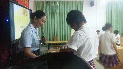 张惠昆书记为高一女生举办青春期专题讲座