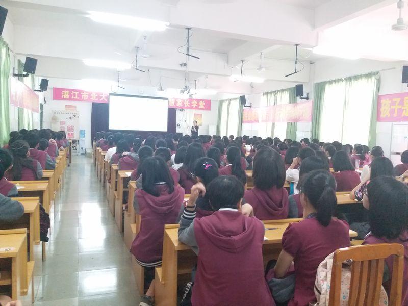关注女性健康 关爱女生成长——高中学部组织高一年级女生开展青春期生理卫生知识讲座