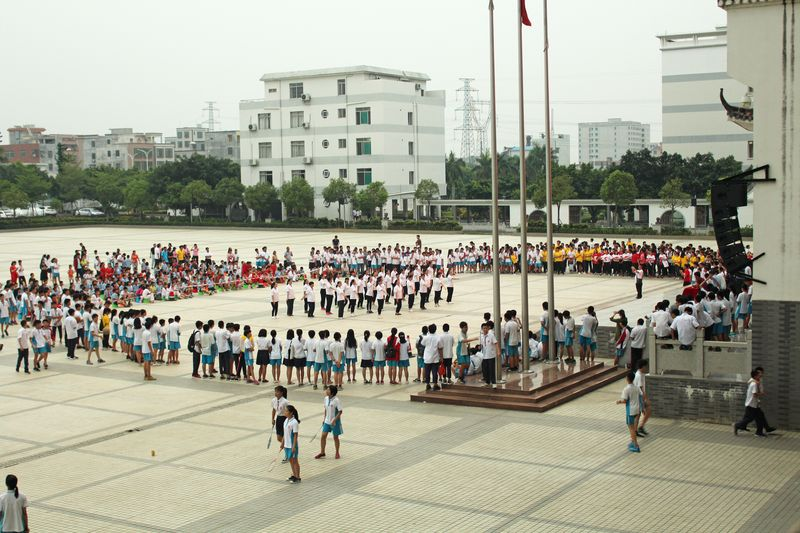 我校举行教职工团康舞比赛